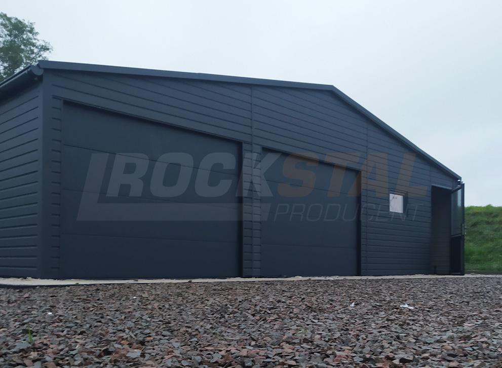 Garaż blaszany z bramą segmentową